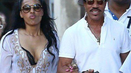 Lionel Richie y su novia pasean su amor durante una jornada de compras por Saint Tropez