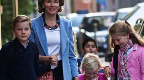 Los Reyes Felipe y Matilde de Bélgica acompañan a sus cuatro hijos a su primer día de colegio