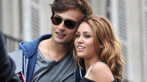 Miley Cyrus y Douglas Booth flirtean durante una romántica velada