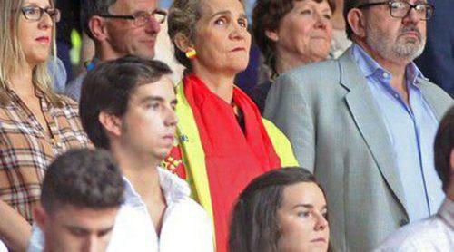 El Rey Juan Carlos, la Infanta Elena y Felipe Juan Froilán, cada uno por su lado en el partido de baloncesto Francia-España