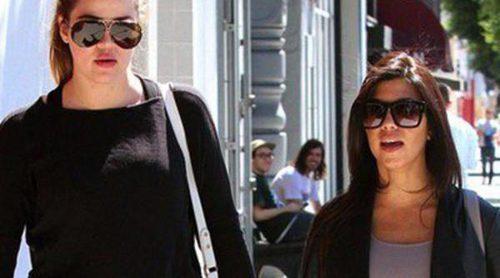 Kourtney Kardashian disfruta de un paseo con su hermana Khloe en la recta final de su embarazo
