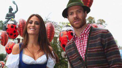 Xabi Alonso y Nagore Aranburu y Pepe Reina y Yolanda Ruiz celebran su primera Oktoberfest en familia