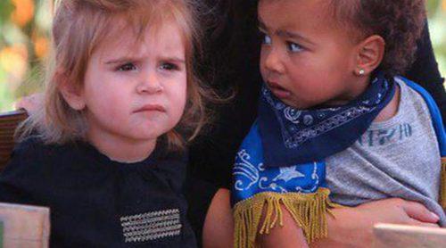Kourtney y Kim Kardashian eligen las calabazas de Halloween 2014 junto a sus hijos