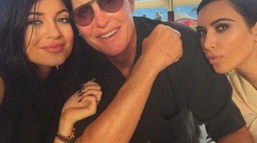 Bruce Jenner celebra su 65 cumpleaños con sus hijas Kendall y Kylie y las Kardashian