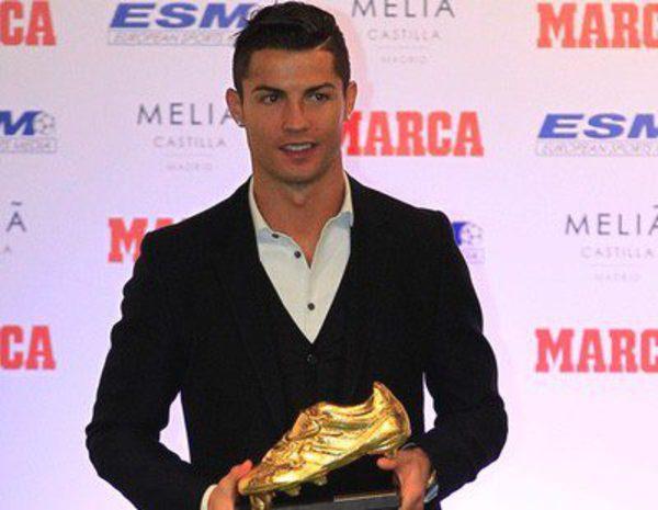 Cristiano ronaldo recibe la bota de oro 2014 con su hijo for Como es una beta de oro