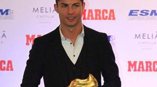 Cristiano Ronaldo recibe la Bota de Oro 2014 con su hijo Cristiano, Iker Casillas, Sergio Ramos y Bale como testigos