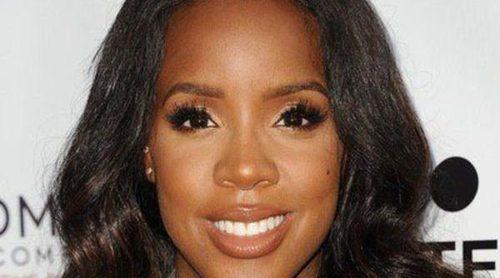 Kelly Rowland deja entrever a su pequeño Titan en una foto mientras le canta una 'nana'