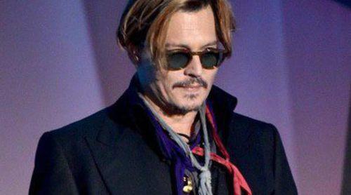 Johnny Depp aparece borracho en la gala de los Hollywood Film Awards