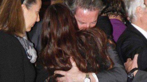 El largo y sentido abrazo de Alfonso Díez y Cayetana Rivera en el funeral de la Duquesa de Alba
