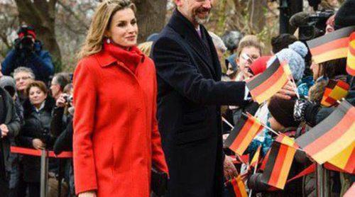 Los Reyes Felipe y Letizia se dan un baño de masas en su primer viaje oficial a Alemania como Reyes