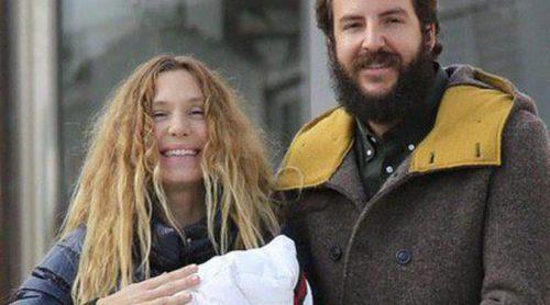 Borja Thyssen y Blanca Cuesta presentan a su hija Kala a la salida del hospital