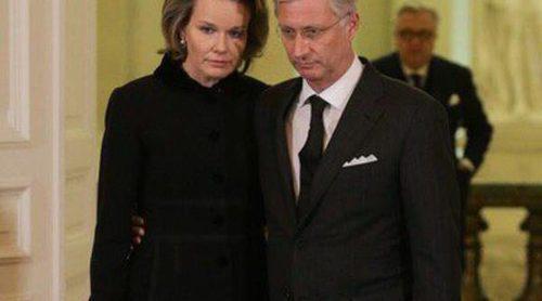 Los Reyes Felipe y Matilde de Bélgica se despiden de la Reina Fabiola antes de abrir la capilla ardiente