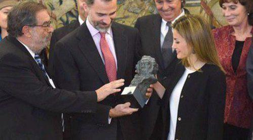 Los Reyes Felipe y Letizia reciben un Goya de manos del presidente de la Academia de Cine