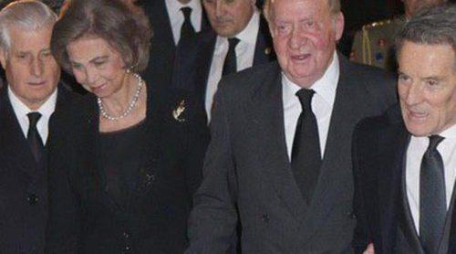 Los Reyes Juan Carlos y Sofía arropan a los hijos y nietos de la Duquesa de Alba en el funeral de Madrid
