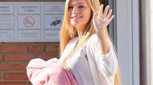 Esther Cañadas presenta a su hija recién nacida a la salida del hospital