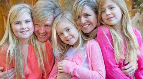 Guillermo Alejandro y Máxima de Holanda irradian felicidad con sus hijas en su posado navideño en Argentina