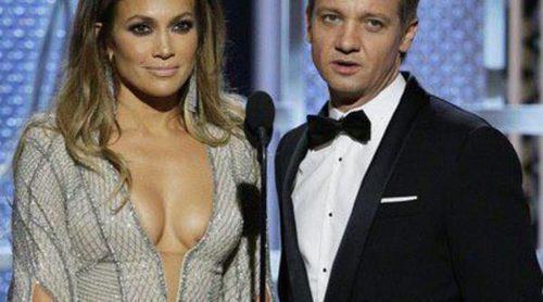 Jeremy Renner piropea a Jennifer Lopez con un chiste sobre sus pechos y los Globos de Oro