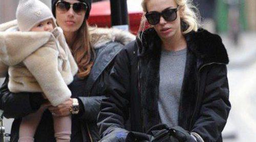 Petra y Tamara Ecclestone, de paseo con sus pequeñas Lavinia y  Sophia por Londres