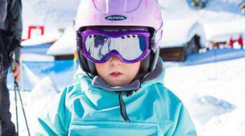 La Princesa Athena de Dinamarca aprende a esquiar con tres años junto sus padres Joaquín y Marie de Dinamarca