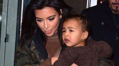 El 'berrinche' de North West en brazos de Kim Kardashian en el front row de Nueva York