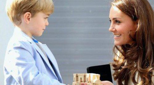 Kate Middleton recibe un regalo de George Crawley para el Príncipe Jorge en su visita a 'Downton Abbey'