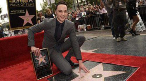 Jim Parsons estrena estrella en el Paseo de la Fama de Hollywood rodeado de 'The Big Bang Theory'