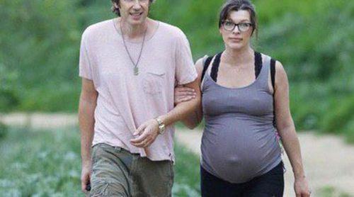 Milla Jovovich disfruta de un relajado paseo con su marido y sus perros antes de volver a ser mamá