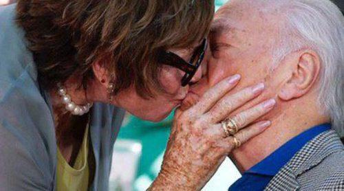 Christopher Plummer recibe un apasionado beso de Shirley MacLaine tras plasmar sus huellas en Hollywood