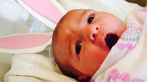 Molly Sims celebra el primer Día de Pascua de su hija Scarlett May