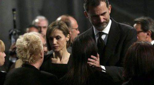 Los Reyes Felipe y Letizia consuelan a los familiares de las víctimas del avión de Germanwings en el funeral de Barcelona