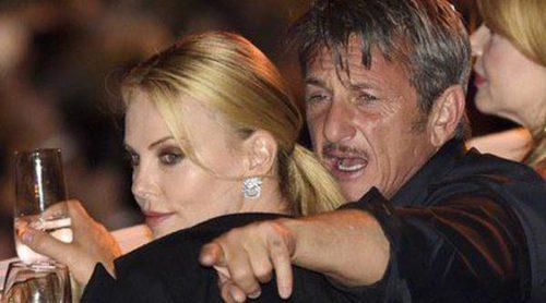 Charlize Theron y Sean Penn derrochan pasión en la gala Life Ball de Viena