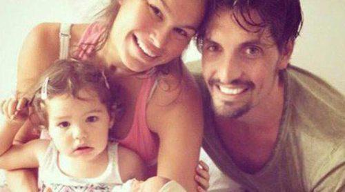 Primera foto familiar: Mireia Canalda y Felipe López posando junto a sus hijos Inés y Nuno