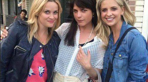 Reese Witherspoon, Selma Blair y Sarah Michelle Gellar visitan el musical de 'Crueles intenciones'
