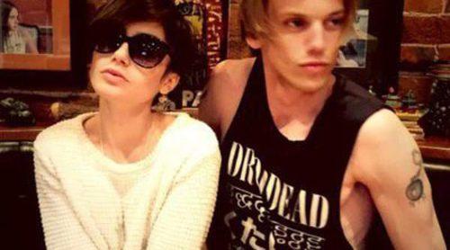Una pareja chistosa: Lily Collins y Jamie Campbell Bower imitan a David y Victoria Beckham