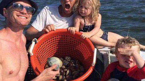 Neil Patrick Harris y su marido David Burtka llevan a sus hijos Gideon y Harper a pescar almejas a Los Hamptons