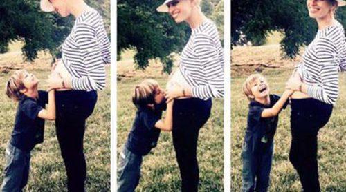 Karolina Kurkova confirma su segundo embarazo con una tierna foto junto a su hijo