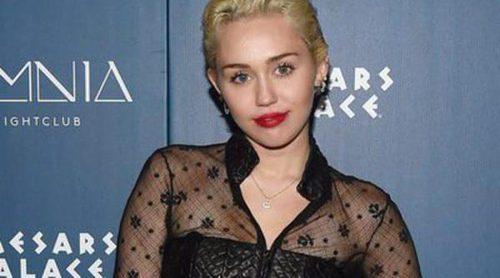 Miley Cyrus y Stella Maxwell... ¿pasean su amor por las calles de Malibú?