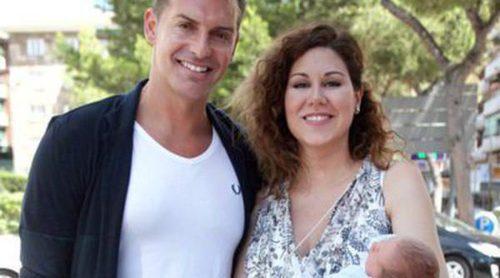 La cantante Tamara y su marido Daniel Roque presentan a su hijo Héctor una semana después de su nacimiento