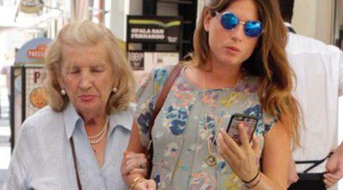 Lourdes Montes espera tranquila a su hija Carmen en Sevilla tras recibir con alegría a Fran Rivera