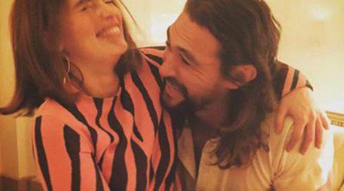 Emilia Clarke y Jason Momoa de 'Juego de Tronos', divertido reencuentro en la Semana de la Moda de París