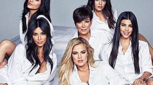 El clan Kardashian-Jenner posa al completo en portada, ¿qué celebran?