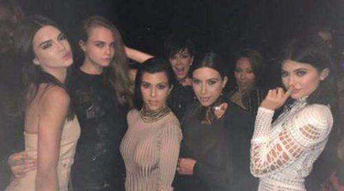 Kourtney y Kim Kardashian, las Jenner y Cara Delevingne se divierten mientras Khloe Kardashian cuida de Lamar Odom