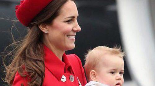 El Príncipe Jorge, fascinado con las palomas durante una visita al museo con su madre Kate Middleton