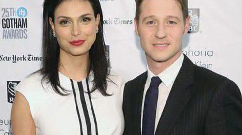 Morena Baccarin luce su avanzado embarazo con Benjamin McKenzie en los Premios Gotham 2015