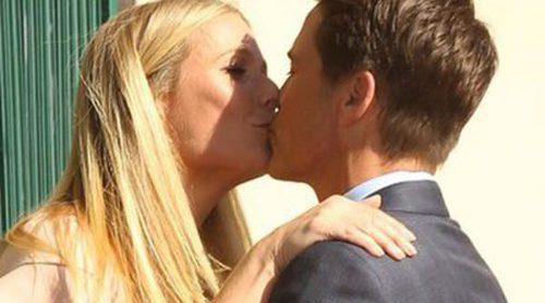 Rob Lowe celebra su estrella en el Paseo de la Fama con un beso en la boca con Gwyneth Paltrow
