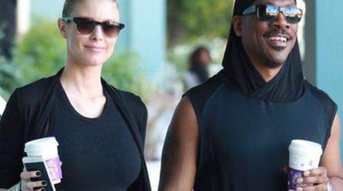 Paige Butcher presume de embarazo acompañada por Eddie Murphy mientras disfrutan de un paseo