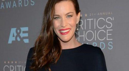 Liv Tyler presume de su avanzado estado de embarazo en los premios Critics' Choice Awards 2016