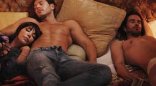 Darek, Toñi Salazar y Roberto Liaño comparten cama durante la grabación del nuevo videoclip de Anamor