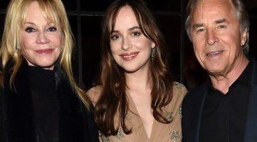 Dakota Johnson presenta 'Mejor...solteras' con el apoyo de sus padres Melanie Griffith y Don Johnson