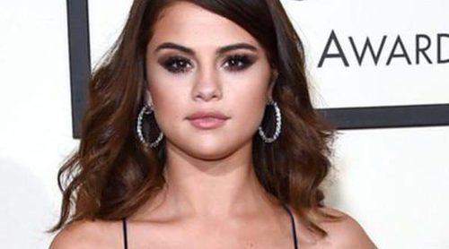 Selena Gomez, Ariana Grande y Alessandra Ambrossio deslumbran en la alfombra roja de Premios Grammy 2016